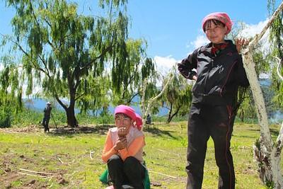 מקומיות בנות שבט המוסו על שפת אגם לוגו