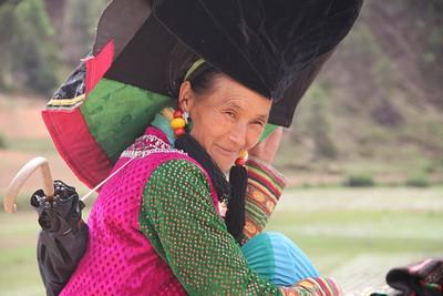 בת מיעוט ה- YI בלבוש מסורתי