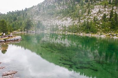 האגם הקפוא ליד האוהלים