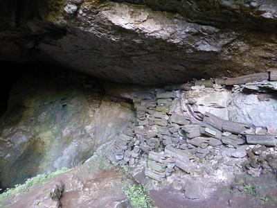 המוני ארונות בכניסה למערת לומיאנג