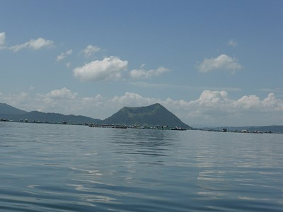 אחד ממכתשי הטאאל, ומלפניו הרבה מאוד סירות ובתי נופש על המים