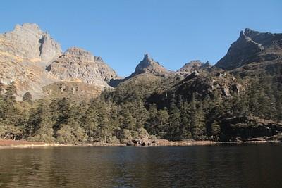 אגם בצידו המערבי של הפס השני