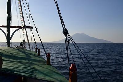 הפלגה לצידו של הר הגעש