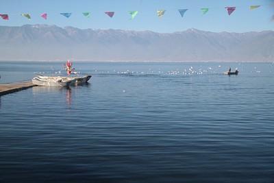 אגם ארחאי והרי הטסאנג שמעל העיר העתיקה של דא, תמונה מהכפר Wase