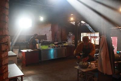 נזירים מכינים ארוחת צהריים במנזר Feng Guan Si