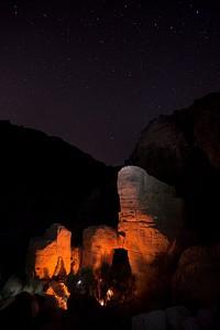 מדורה מאירה את עמודי הסלע לצדם ישנו