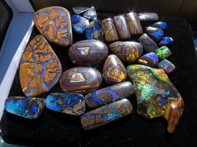 Boulder opal ממכרות שונים. מהאוסף של לינדה