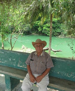 מדריך טיולים ממתין לתיירים מזדמנים לאתר עתיקות המאיה Xunantunich
