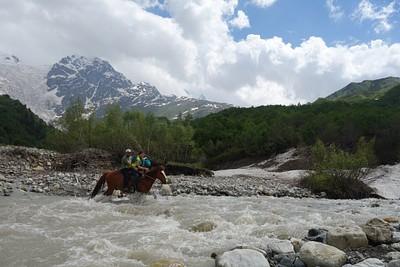 חציית הנהר עם הסוס בבוקר