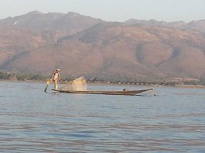 דייג דג בשיטה המסורתית באינלה לייק