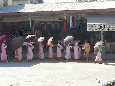 נזירות בתור לחלוקת אורז