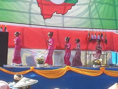 נוער ממיעוט השאן רוקד ריקוד מסורתי