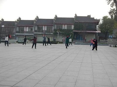 סינים מתאמנים בטאי צ'י בתחתית ההר