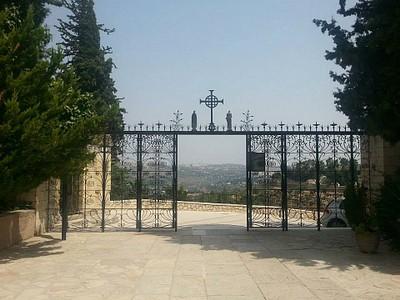 שער הכנסייה מכיוון היציאה ממנה.