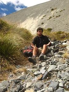 מתוסכל מהעשבים הדוקרניים שבצידי הדרך - Spear Grass