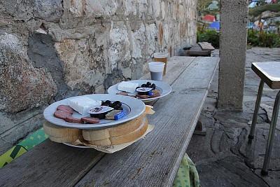 ארוחת הבוקר שקיבלנו בבקתה
