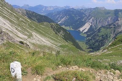 צד אחד גרמניה צד שני אוסטריה ואגם Vilsapsee ברקע