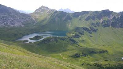 אגם Schercksee המדהים, אפשר לראות את הפאס מאחוריו