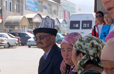 החבר'ה מחכים לאוטובוס ליד השוק בקרקול