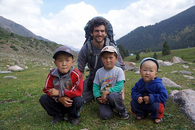 בעמק Jeti-Oguz עם ילדים קירגיזים