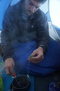 מכינים תה באוהל, בזמן הסופה --בחוץ, חצי מטר שלג!