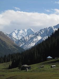 הנופים בעמק Altyn Arashan