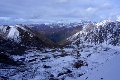 ומעברו השני של הפאס - הרי ה- Tien Shan, עד לסין..