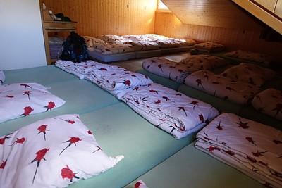 אחד החדרים הדחוסים בדורמיטורי של המלון