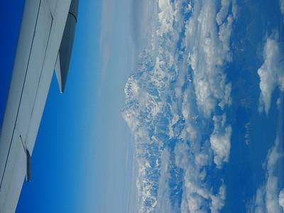הנה אפשר לראות את הר דנאלי (המטוס המריא מאנקורג' ועבר מעל הקוטב הצפוני לעבר פרנקפורט)