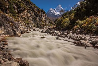 הנהר ו-Ama dablam ברקע