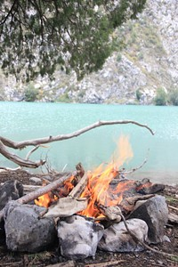 מדורה על שפת האגם