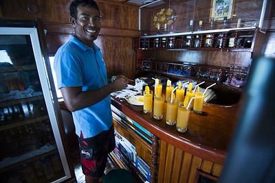 מוחמד מקבל אותנו לסירה עם מיץ תפוזים