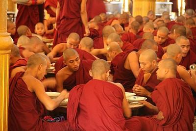 נזירים בארוחת צהריים