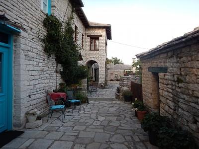המלון בו לנו בכפר מונודנדרי