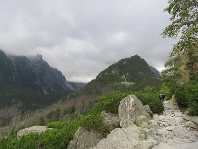 השביל שובר חזרה לתוך ההרים