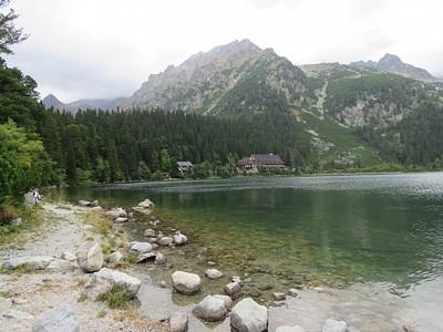 אגם popradske pleso (בקצה המרוחק של האגם המלון בו ישנו)
