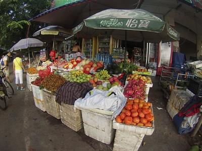 דוכן פירות בצידי הדרך