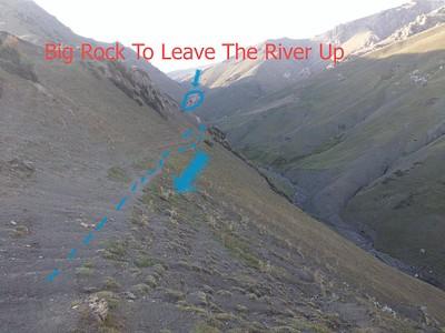 כמה מאות מטרים אחרי הסלע הגדול יש לעלות במעלה הימני