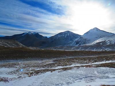 שלושת הפסגות (dhampus peak היא הימנית מבין השלוש)