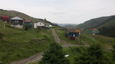 הכפר הקטן הצמוד לחניית הכניסה לאגמים.