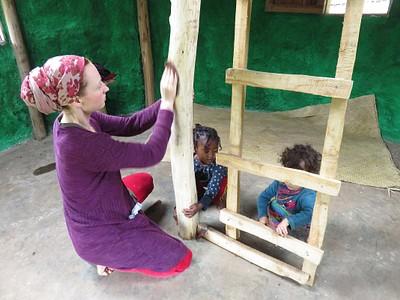 לנה, אדמו והילדה של השכנים עוזרים בשיוף
