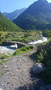 הגשר בזבשי המוביל לשביל המסומן