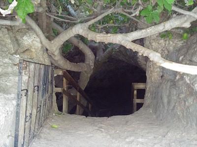 הכניסה למערת התאומים