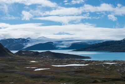 קרחונים נשפכים לאגם