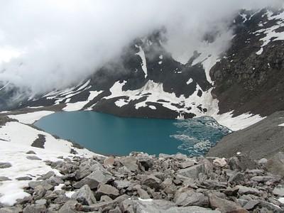 האגם מצדו השני של הפאס