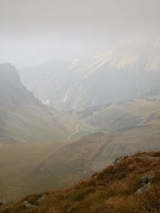 הנוף דרך ערפל של בוקר