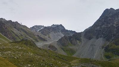 הבקתה מצד שמאל בלב ההרים