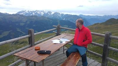 הנוף מהמרפסת וברקע הMassif של המונט בלאק