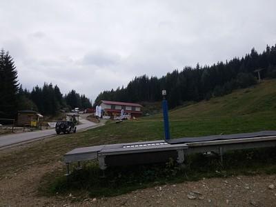 1. כמה דקות נסיעה אחרי פמניצ'י - איזור קטן ובו כמה מסעדות וחנויות קטנות, שממנו התחלנו את ההליכה. אם תרצו, תוכלו פשוט לקחת את הרכבל (הבולגרים קוראים לו Lift) - שמוביל ישירות ל Riliski Ezera.