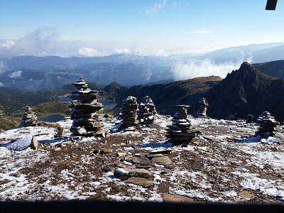 3. הפסגה עם עמודי האבן, ממנה רואים את כל שבעת האגמים